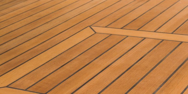 teak-deck-on-yacht